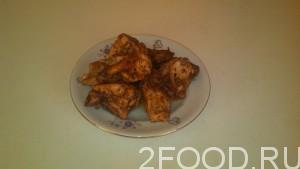 После выкладываем курицу на тарелку