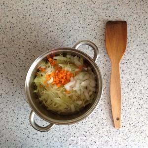 Бросаем морковку, лук репчатый и картофель