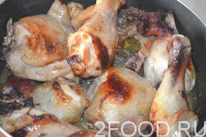Запекать куриные окорочка в медово-соевом маринаде еще около получаса