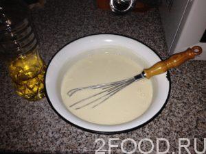 Чтобы блины легко отставали от сковороды, в тесто вливается растительное масло