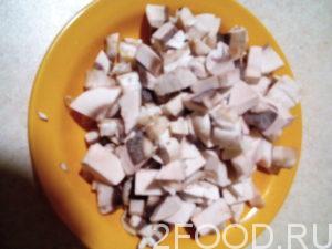 Промыть и нарезать грибы.