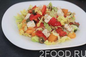 Салат из овощей и сыра фета