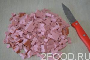 Колбасу нарезать кубиками