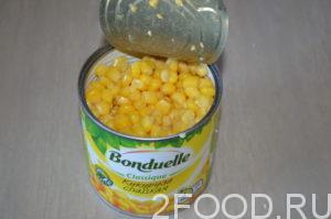 Открыть банку. Слить из зерен кукурузы всю жидкость