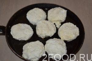 Разогреть масло на сковороде, используя только ложку, выложить творожное тесто для сырников на сковородку