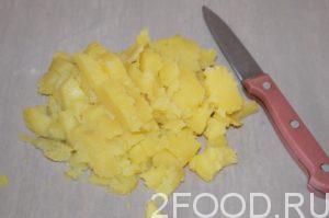 Картофельные клубни нарезать на кубики