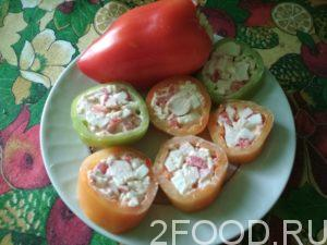 Перец, фаршированный яйцами и крабовыми палочками