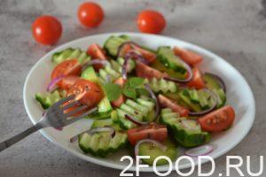 Салат из авокадо, помидор и огурцов